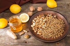 Здоровая еда: смешивание лимона, прорастанной пшеницы, грецких орехов, меда, g Стоковые Фотографии RF