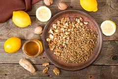 Здоровая еда: смешивание лимона, прорастанной пшеницы, грецких орехов, меда, g Стоковая Фотография