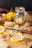 Здоровая еда: смешивание лимона, прорастанной пшеницы, грецких орехов, меда, g Стоковое Изображение