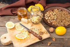 Здоровая еда: смешивание лимона, прорастанной пшеницы, грецких орехов, меда, g Стоковое фото RF