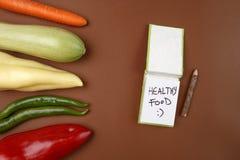 Здоровая еда: Сырцовые овощи и еда ` сообщения здоровая: ` Стоковые Фото