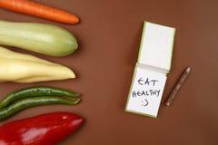 Здоровая еда: Сырцовые овощи и ` сообщения здоровое и счастливое: ` Стоковые Фото