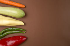 Здоровая еда: Сырцовые овощи на коричневой предпосылке Стоковая Фотография RF