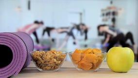 Здоровая еда с йогой, Pilates, занятиями йогой сток-видео
