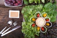 Здоровая еда с свежими ингридиентами для салата стоковые фотографии rf
