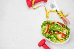 Здоровая еда фитнеса с свежим салатом диетпитание принципиальной схемы стоковые фото