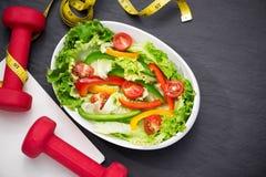 Здоровая еда фитнеса с свежим салатом диетпитание принципиальной схемы стоковое изображение rf
