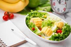 Здоровая еда фитнеса с свежим салатом диетпитание принципиальной схемы стоковое фото rf