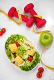 Здоровая еда фитнеса с свежим салатом диетпитание принципиальной схемы стоковая фотография