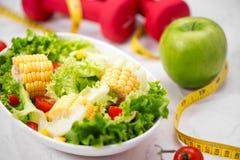 Здоровая еда фитнеса с свежим салатом диетпитание принципиальной схемы стоковые фотографии rf
