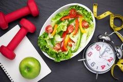 Здоровая еда фитнеса с свежим салатом диетпитание принципиальной схемы стоковое изображение