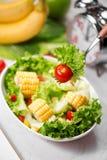 Здоровая еда фитнеса с свежим салатом диетпитание принципиальной схемы стоковое фото