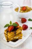 Здоровая еда для waffles завтрака бельгийских с клубниками, Стоковое Изображение