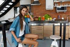 Здоровая женщина в кухне с Smoothies вытрезвителя Питание фитнеса Стоковое фото RF