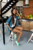 Здоровая женщина в кухне с Smoothies вытрезвителя Питание фитнеса Стоковое Изображение RF