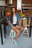 Здоровая женщина в кухне с Smoothies вытрезвителя Питание фитнеса Стоковое Фото