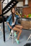 Здоровая женщина в кухне с Smoothies вытрезвителя Питание фитнеса Стоковые Изображения