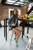 Здоровая женщина в кухне с Smoothies вытрезвителя Питание фитнеса Стоковые Фотографии RF