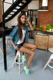 Здоровая женщина в кухне с Smoothies вытрезвителя Питание фитнеса Стоковая Фотография RF