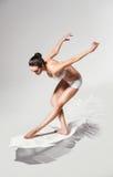 Здоровая женщина на белом пере Стоковое Фото