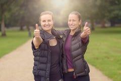 Здоровая женщина на парке показывая большие пальцы руки вверх Стоковые Фотографии RF