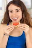 Здоровая женщина питания есть грейпфрут Стоковая Фотография RF