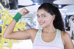 Здоровая женщина показывая ее мышцу руки Стоковое Фото