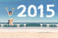 Здоровая женщина с гантелями на пляже Стоковая Фотография RF