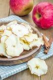 здоровая заедк Домодельные обезвоженные обломоки яблока Стоковое Изображение