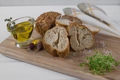 здоровая заедк Хлопья обваливают в сухарях, оливковое масло с травой пряной и чеснок салат кресса свежий Стоковые Фотографии RF