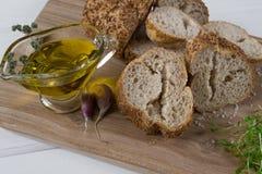 здоровая заедк Хлопья обваливают в сухарях, оливковое масло с травой пряной и чеснок салат кресса свежий Стоковая Фотография