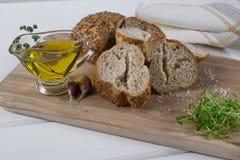 здоровая заедк Хлопья обваливают в сухарях, оливковое масло с травой пряной и чеснок салат кресса свежий Стоковое Фото