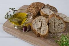 здоровая заедк Хлопья обваливают в сухарях, оливковое масло с травой пряной и чеснок салат кресса свежий Стоковые Изображения