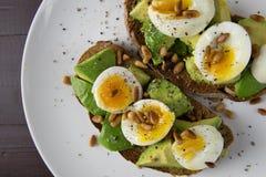 Здоровая закуска еды яичек и авокадоа на провозглашанном тост хлебе Стоковые Изображения RF