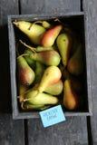 Здоровая идея еды Груши в деревянной коробке на таблице и бирке Стоковое Изображение