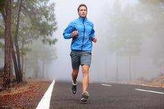Здоровая идущая разминка человека бегуна стоковая фотография