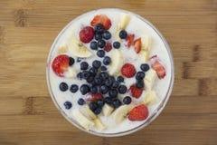 Здоровая каша завтрака с ягодами Стоковые Фото
