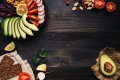 Здоровая концепция еды vegan Здоровая еда с овощами и хлебом всей пшеницы на взгляд сверху деревянного стола скопируйте космос Стоковое Фото