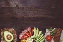 Здоровая концепция еды vegan Здоровая еда с овощами и хлебом всей пшеницы на взгляд сверху деревянного стола скопируйте космос Стоковые Фотографии RF