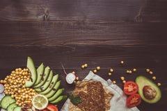 Здоровая концепция еды vegan Здоровая еда с овощами и хлебом всей пшеницы на взгляд сверху деревянного стола скопируйте космос Стоковое Изображение