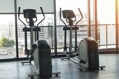 Здоровая концепция фитнеса образа жизни с машинами велосипеда в спортзале Стоковые Фото