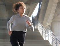 Здоровая молодая женщина бежать outdoors Стоковые Фото