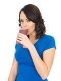 Здоровая молодая женщина выпивая смешанный Smoothie ягоды ягод Стоковая Фотография RF
