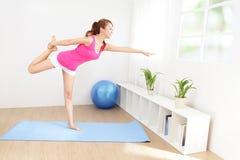 Здоровая молодая женщина делая йогу дома Стоковые Фотографии RF