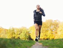 Здоровая молодая женщина jogging в парке Стоковое фото RF