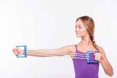 Здоровая молодая спортсменка делает тренировки Стоковая Фотография