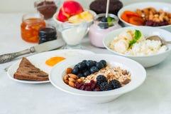 здоровая принципиальная схема завтрака Домодельное muesli granola с blackb стоковое фото rf