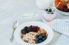 здоровая принципиальная схема завтрака Домодельное muesli granola с blackb стоковое изображение