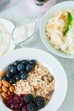 здоровая принципиальная схема завтрака Домодельное muesli granola с blackb стоковое фото