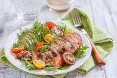 Здоровая плита салата с красочными томатами, куриной грудкой и авокадоом стоковое фото